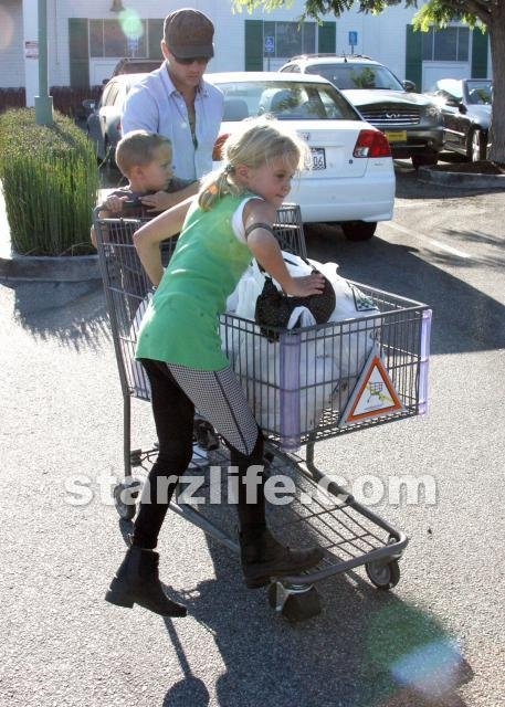 Ryan Philippe Shopping With the Mini-me's. - StarzLife